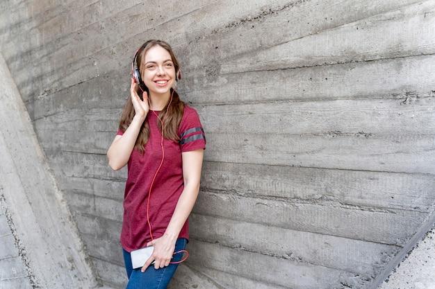 Mulher sorridente com fones de ouvido