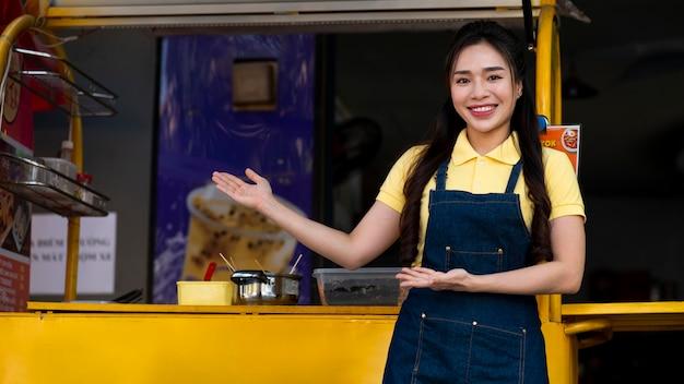 Mulher sorridente com foto média ao ar livre