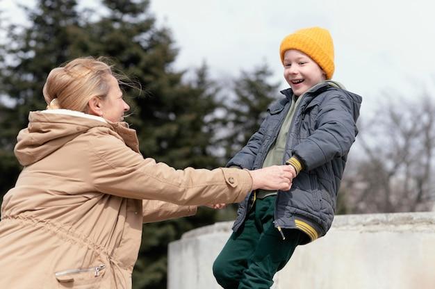 Mulher sorridente com foto média e criança