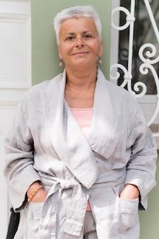 Mulher sorridente com foto média posando ao ar livre