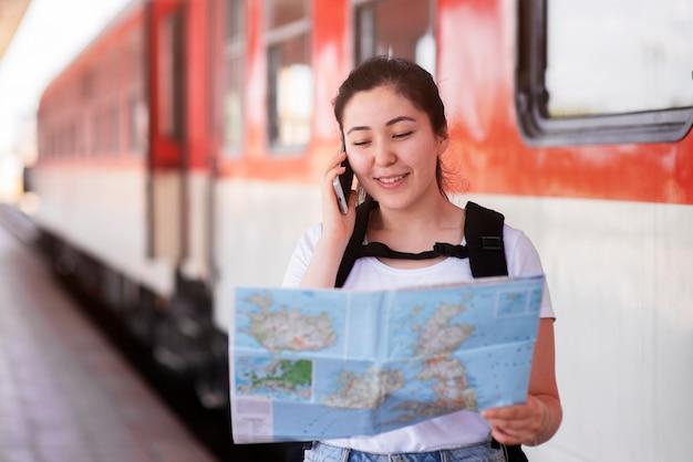 Mulher sorridente com foto média segurando mapa