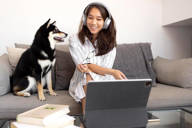 Mulher sorridente com foto média usando fones de ouvido