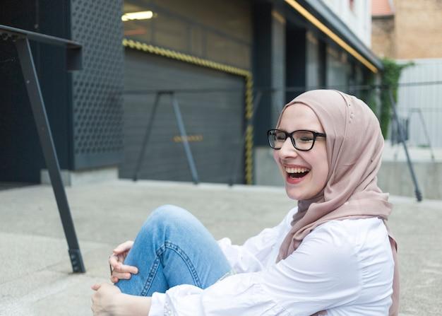 Mulher sorridente, com, hijab, e, óculos