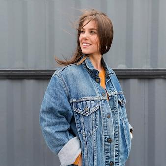 Mulher sorridente com jaqueta jeans