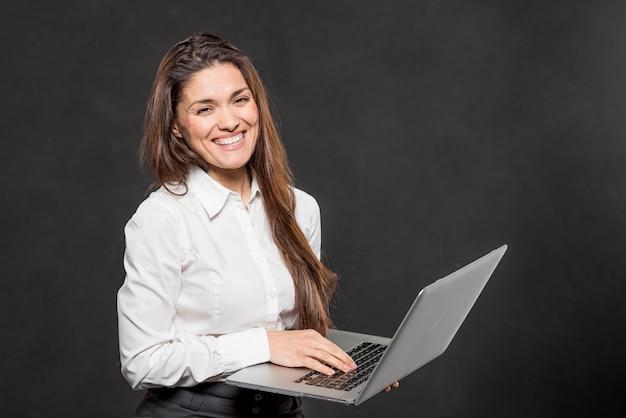 Mulher sorridente com laptop