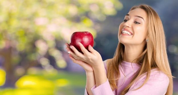 Mulher sorridente, com, maçã vermelha