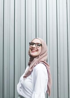 Mulher sorridente, com, óculos, e, hijab