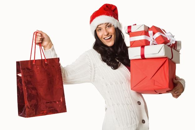 Mulher sorridente com presentes de natal