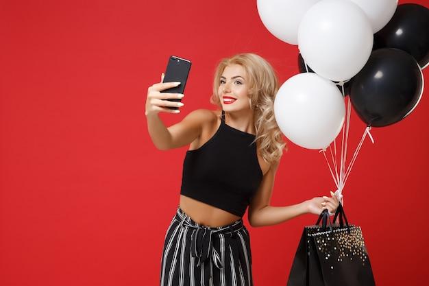 Mulher sorridente com roupas pretas posando