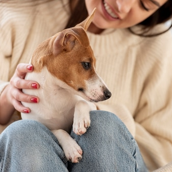 Mulher sorridente com seu cachorro fofo