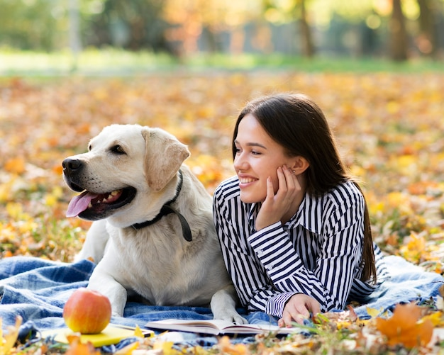Mulher sorridente com seu cachorro no parque