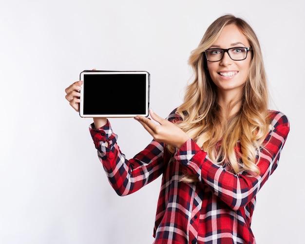 Mulher sorridente, com, tabuleta, computador