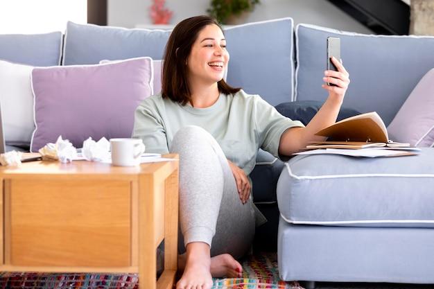 Mulher sorridente com telefone