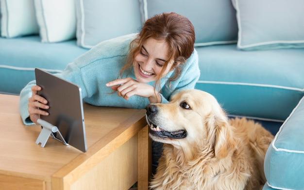 Mulher sorridente com tiro médio e cachorro