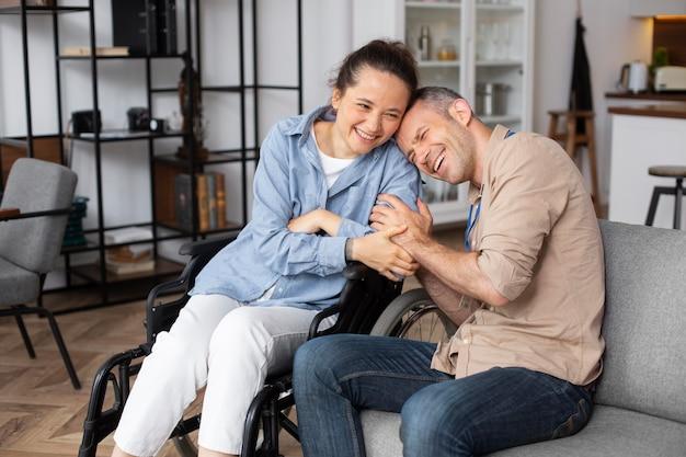 Mulher sorridente com tiro médio em cadeira de rodas