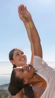 Mulher sorridente com tiro médio fazendo ioga