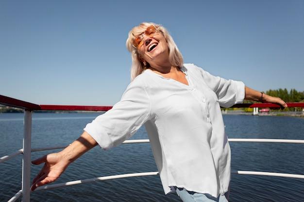 Mulher sorridente com tiro médio no barco