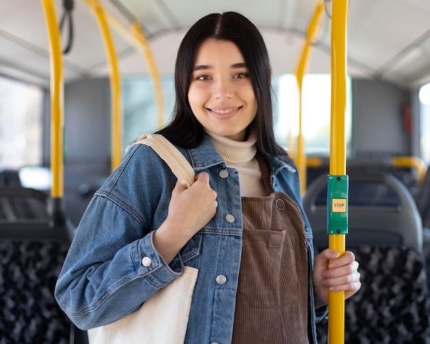 Mulher sorridente com tiro médio no ônibus