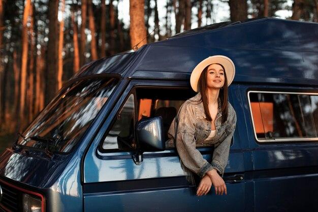 Mulher sorridente com tiro médio usando chapéu