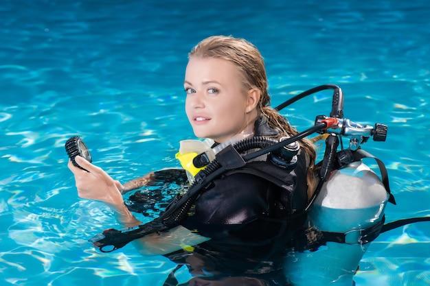 Mulher sorridente com treinamento de mergulho na piscina