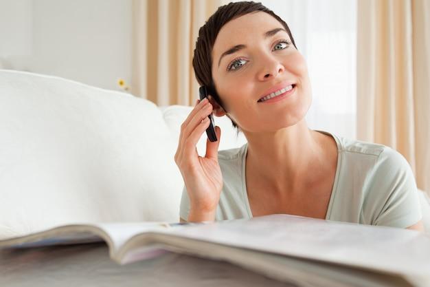 Mulher sorridente com uma revista chamada