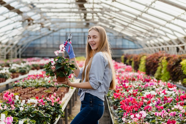 Mulher sorridente com vaso de flores