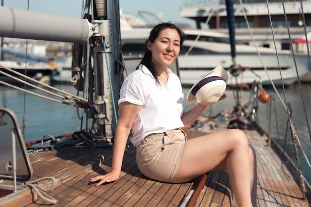 Mulher sorridente com vista lateral no barco