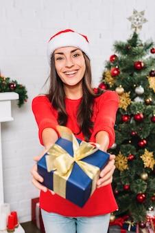 Mulher sorridente, dar, presente, caixa