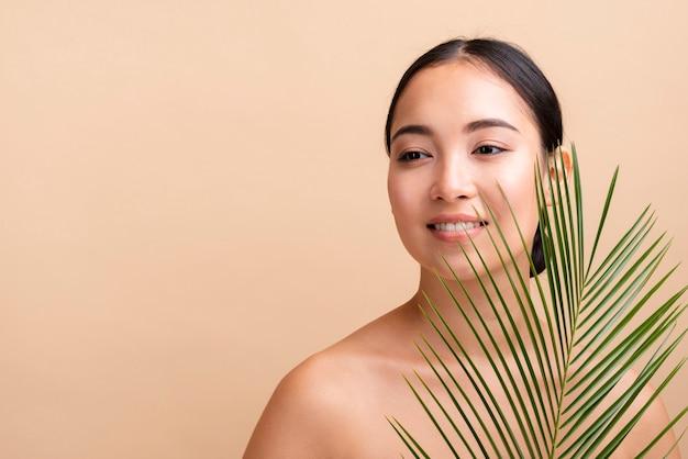 Mulher sorridente de close-up com cópia-espaço