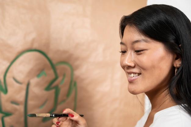 Mulher sorridente de close-up segurando uma escova