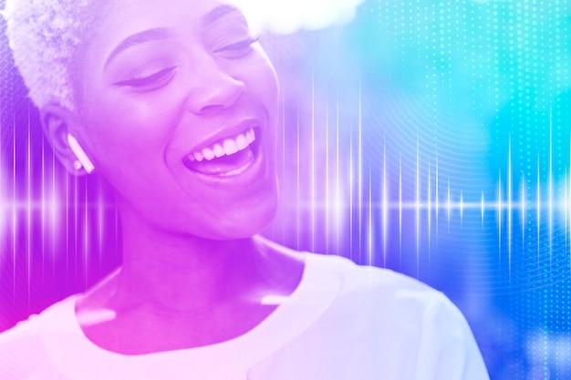 Mulher sorridente de inovação de gadget musical com mídia remixada de tecnologia de entretenimento de fones de ouvido sem fio