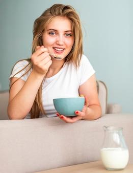 Mulher sorridente de pijama, olhando para a câmera