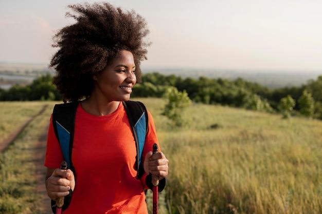Mulher sorridente de tiro médio caminhando