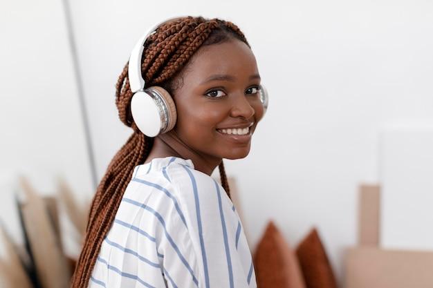 Mulher sorridente de tiro médio com fones de ouvido