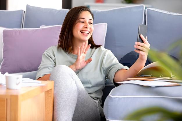 Mulher sorridente de tiro médio com telefone