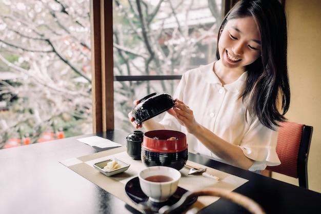 Mulher sorridente de tiro médio em restaurante