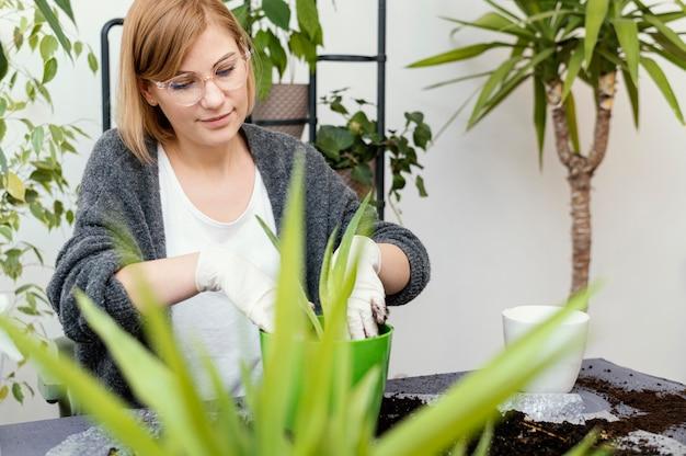 Mulher sorridente de tiro médio jardinagem