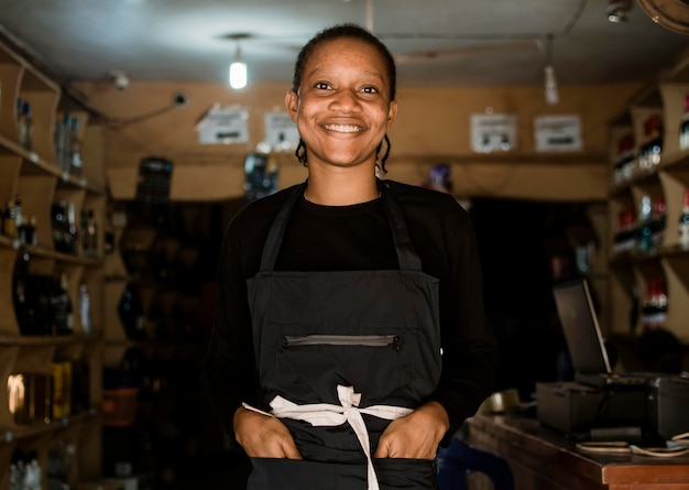 Mulher sorridente de tiro médio na loja