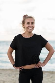 Mulher sorridente de tiro médio na praia