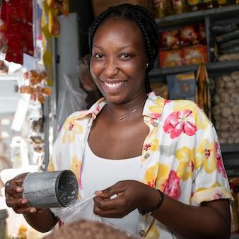 Mulher sorridente de tiro médio no mercado