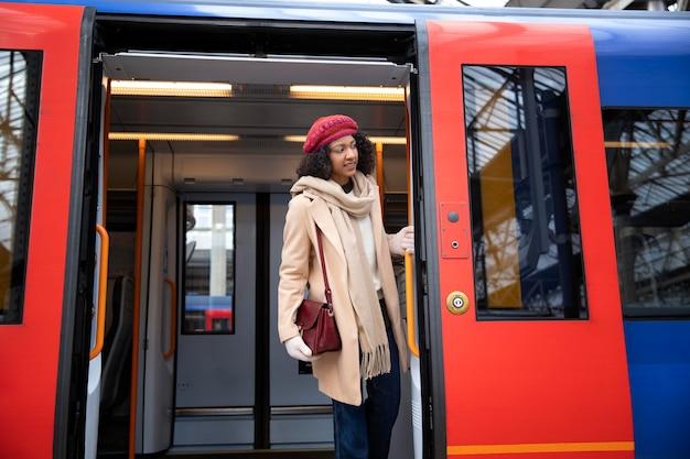 Mulher sorridente de tiro médio no trem