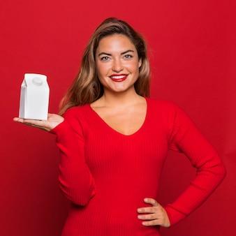 Mulher sorridente de tiro médio segurando um recipiente