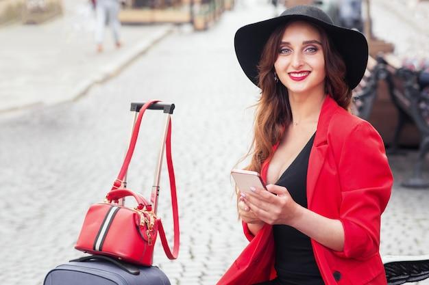 Mulher sorridente de turista com telefone celular