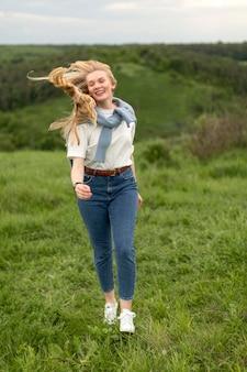 Mulher sorridente, desfrutando de aventura ao ar livre