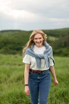 Mulher sorridente, desfrutando de aventura na natureza