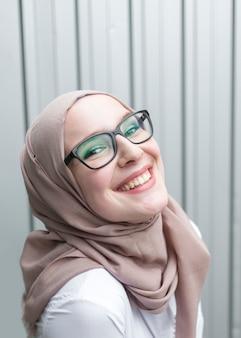 Mulher sorridente, desgastar, óculos