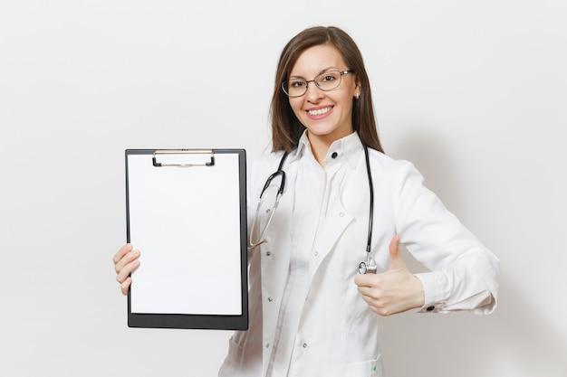 Mulher sorridente do médico com o estetoscópio isolado no fundo branco. médica em vestido de médico segurando o cartão de saúde na pasta do bloco de notas. conceito de medicina de pessoal de saúde. copiar anúncio de espaço