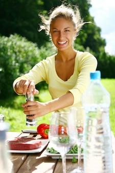 Mulher sorridente e bonita cozinhar