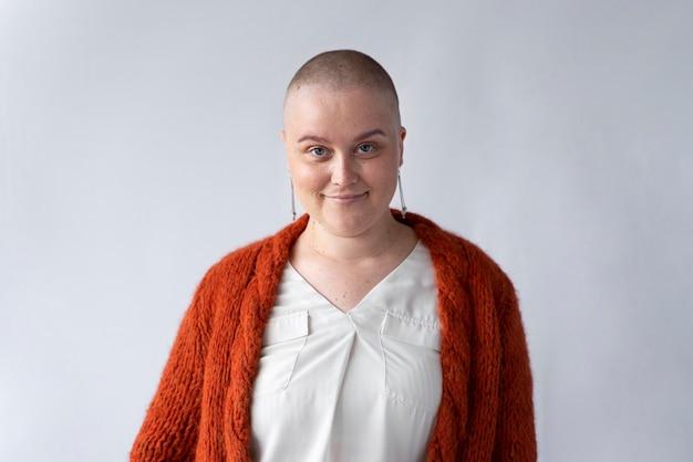 Mulher sorridente e forte lutando contra o câncer de mama