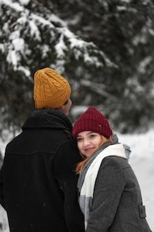Mulher sorridente e homem alto no parque
